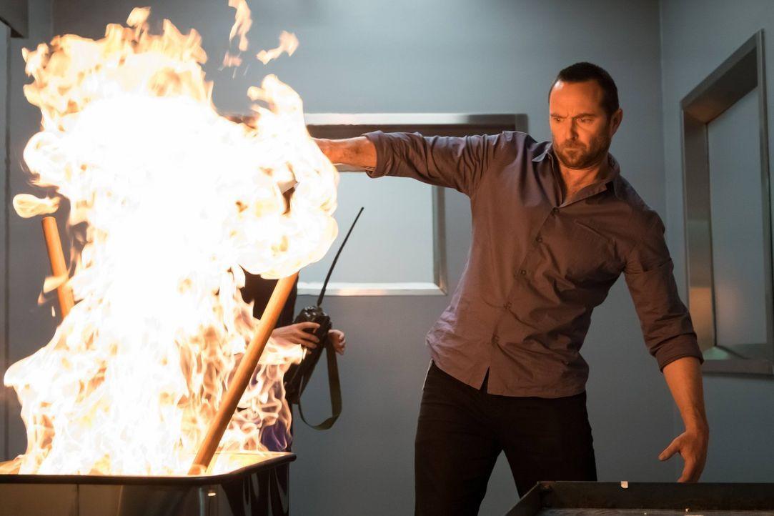 Kann Kurt Weller (Sullivan Stapleton) die Hacker mit einem Feuerchen noch in die Flucht schlagen? - Bildquelle: Warner Brothers