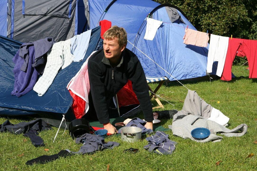 Was man (Michael Kessler) auf einem Campingplatz besser nicht tun sollte: Lauthals nach dem Zimmerservice rufen ... - Bildquelle: Sat.1