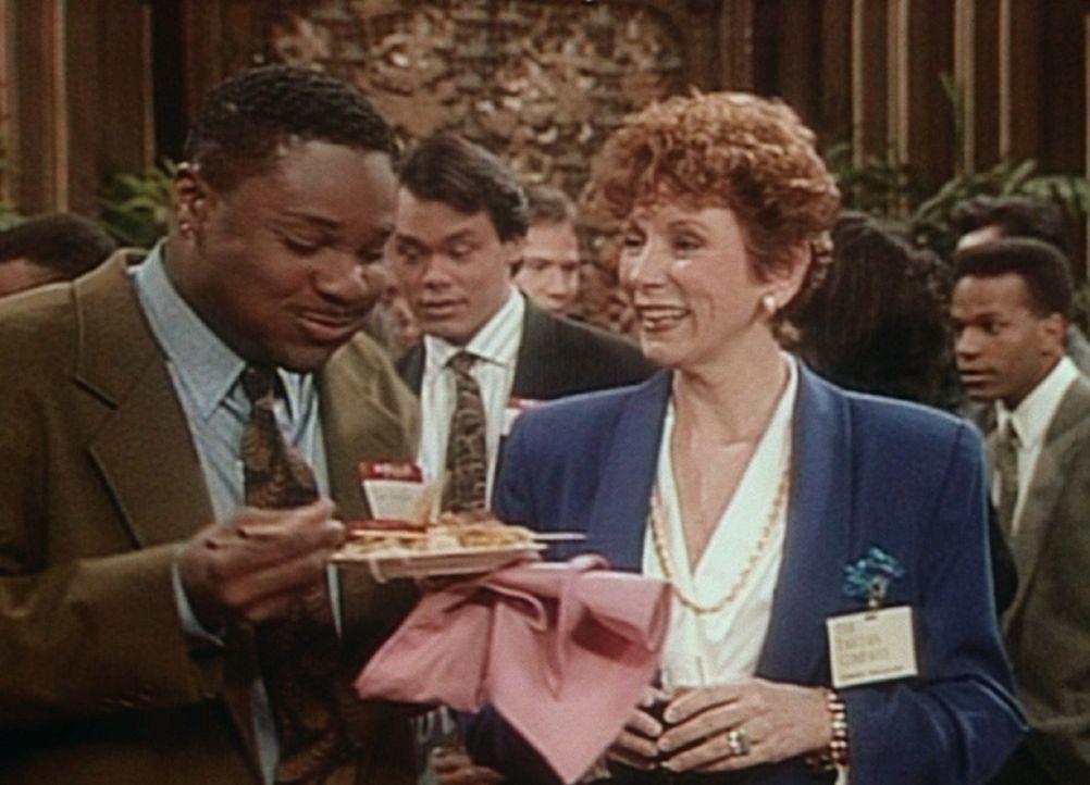 Theo (Malcolm-Jamal Warner, l.) hat sich bei einem Bewerbungsempfang eingeschlichen, um ein kostenloses Abendessen zu bekommen. Aber schnell wird ei... - Bildquelle: Viacom