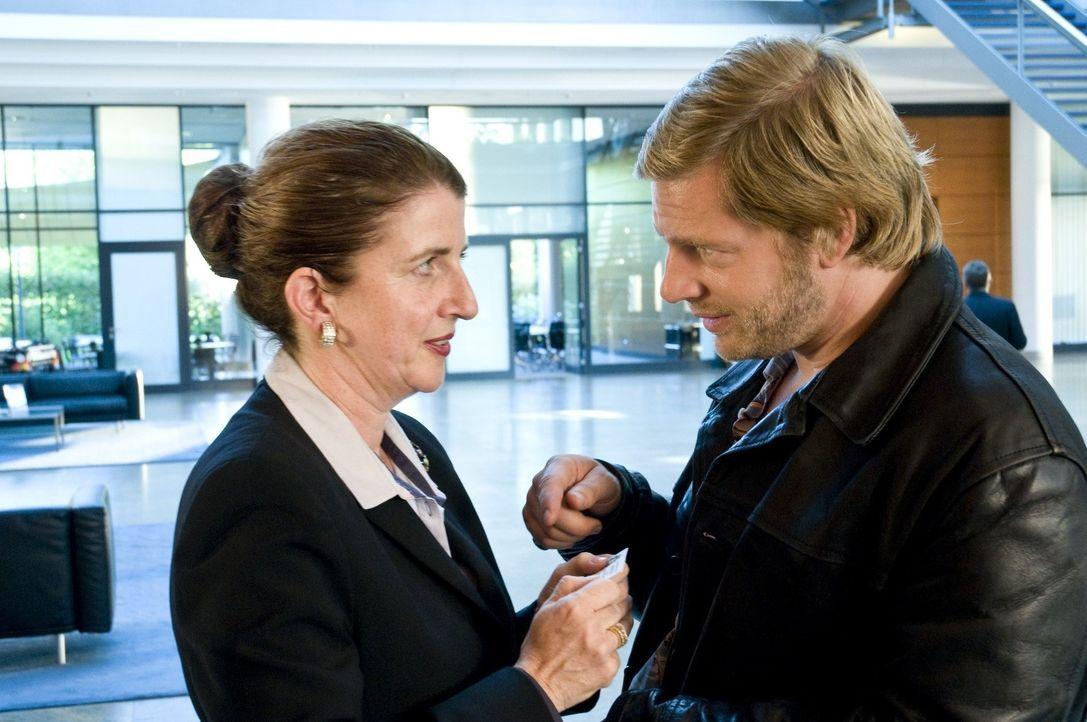 Dank eines Handkusses gelingt es Mick (Henning Baum, r.), nicht nur in das Bankgebäude zu gelangen, sondern auch von der handgeküssten Empfangsdame... - Bildquelle: Martin Rottenkolber SAT.1