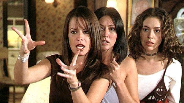 Piper (Holly Marie Combs, l.), Prue (Shannen Doherty, M.) und Phoebe (Alyssa...