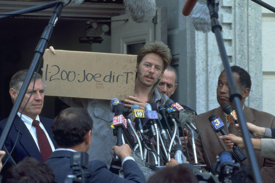 Da Joe Dreck (David Spade, 2.v.l.) glücklicherweise entfallen ist, dass seine entnervten Eltern ihn einst aussetzten, macht er sich mit der Hilfe ei... - Bildquelle: 2003 Sony Pictures Television International. All Rights Reserved.