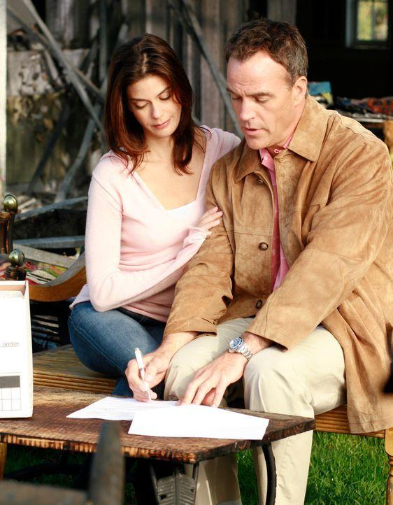 Mike ist sauer, dass Susan (Teri Hatcher, l.) von Karl (Richard Burgi, r.) ein Haus als Geschenk angenommen hat ... - Bildquelle: 2005 Touchstone Television  All Rights Reserved
