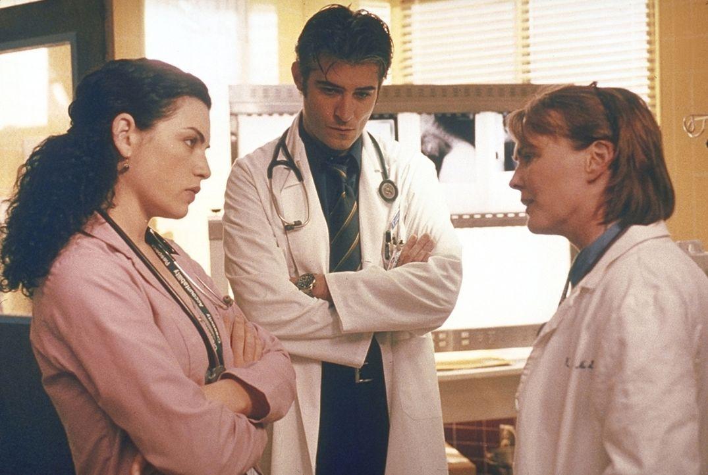Nachdem sich Hathaway (Julianna Margulies, l.) und Dr. Kovac (Goran Visnjic, M.) den Anweisungen von Dr. Weaver (Laura Innes, r.) wiedersetzt haben,... - Bildquelle: TM+  2000 WARNER BROS.