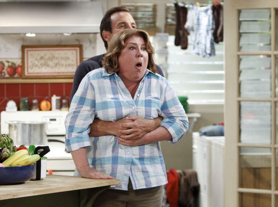 Carol (Margo Martindale, vorne) hat sich in den Kopf gesetzt, das Familiengrab neu zu sortieren. Nun hat Nathan (Will Arnett, hinten) die unangenehm... - Bildquelle: 2013 CBS Broadcasting, Inc. All Rights Reserved.
