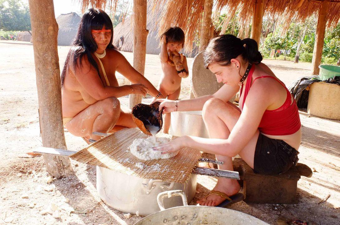 Bei den Waura-Indios im Xingu-Delta bekommt Selina (r.) die Chance, sein Leben zu verändern, doch wird sie diese nutzen? - Bildquelle: kabel eins