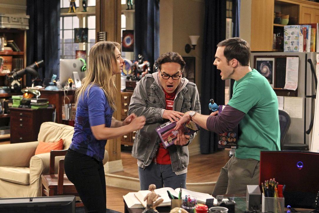 Penny (Kaley Cuoco, l.) hat ein ganz besonderes Geschenk für Leonard (Johnny Galecki, M.) und Sheldon (Jim Parsons, r.) ... - Bildquelle: Warner Bros. Television