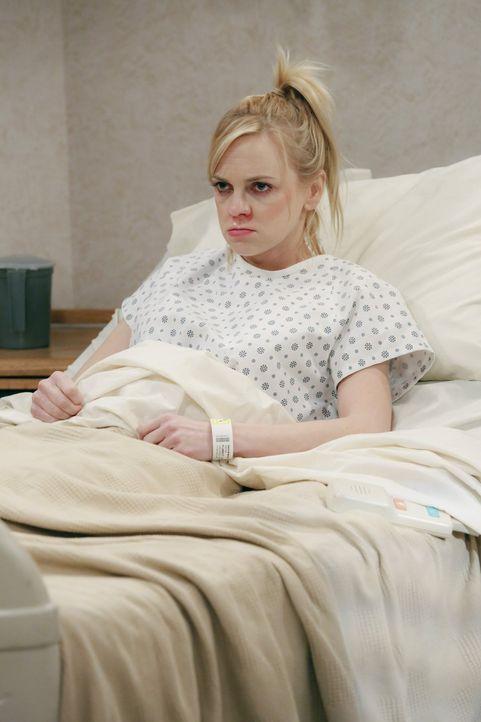 Christy (Anna Faris) wird nach einem Schwächeanfall ins Krankenhaus eingeliefert. Dabei muss sie noch eine letzte Prüfung ablegen, um endlich ihren... - Bildquelle: 2015 Warner Bros. Entertainment, Inc.
