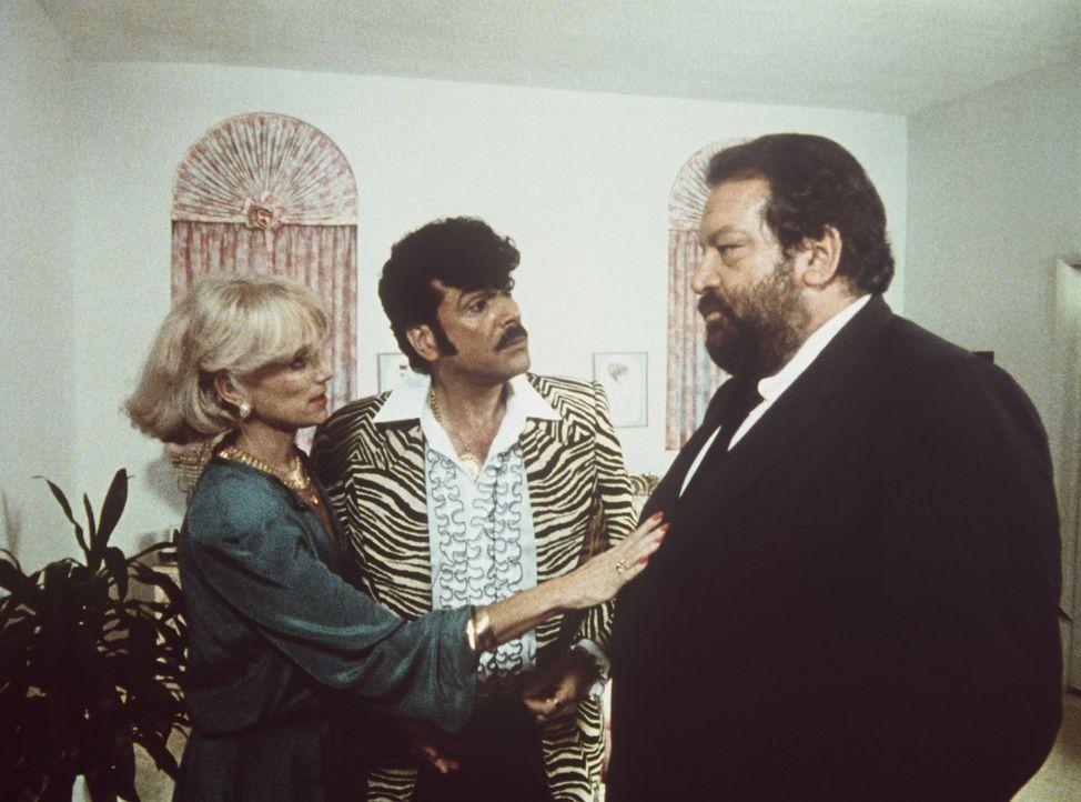 Signora Haig (Christina Trotter, l.) bittet Parker (Bud Spencer, r.), den Ganoven Tony (Tomas Milian, M.) zu verschonen ...