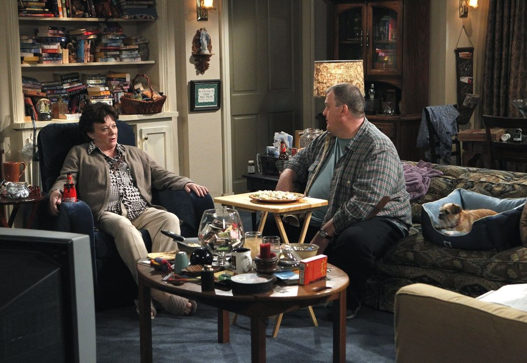 Mike (Billy Gardell, r.) taucht in der Schule auf, um Molly ein Geschenk zu bringen, aber sie verhält sich ihm gegenüber plötzlich ungewohnt abwe... - Bildquelle: Warner Bros. Television