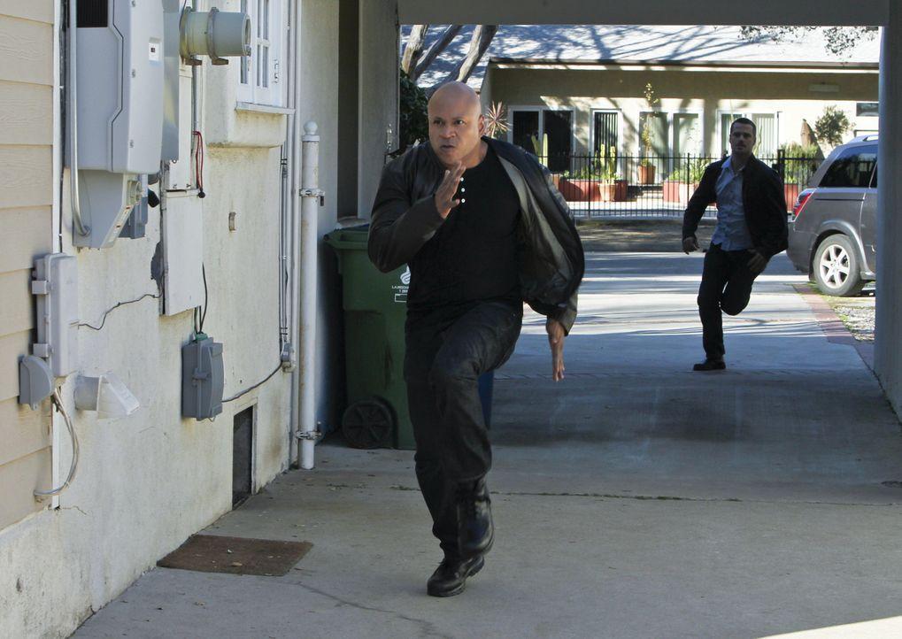 Im Kampf gegen das Böse: Callen (Chris O'Donnell, r.) und Sam (LL Cool J, l.) ... - Bildquelle: CBS Studios Inc. All Rights Reserved.