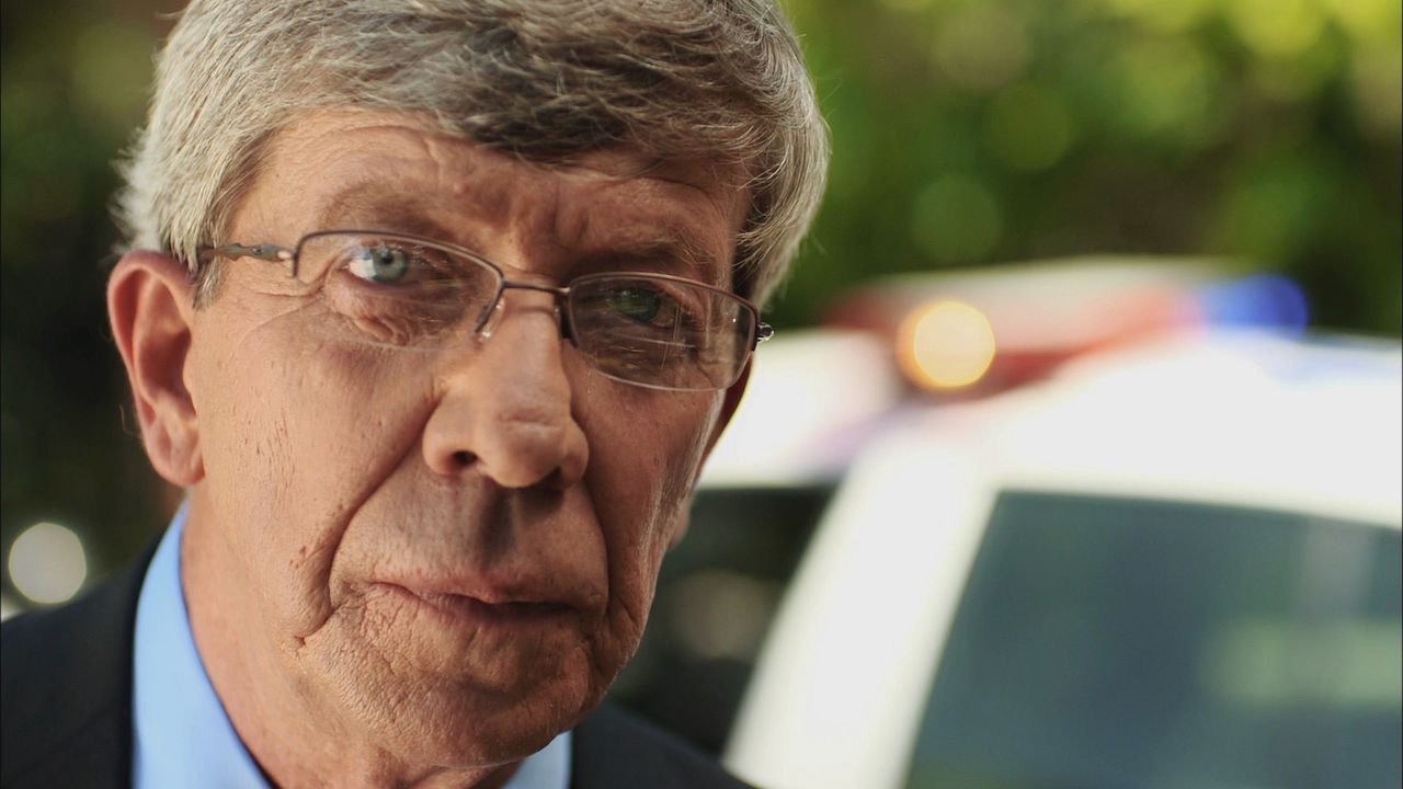 Als eine Mutter vor ihrem Haus überfahren wird, beginnt Lt. Joe Kenda (Bild) mit den Ermittlungen und erkennt, dass der Fahrer vorsätzlich gehandelt... - Bildquelle: Jupiter Entertainment