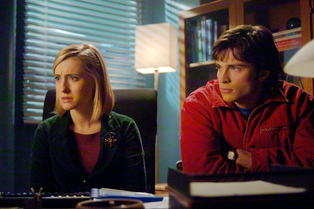 Schock für Clark (Tom Welling, r.): Zusammen mit Chloe (Allison Mack, l.) findet er heraus, dass Lana und Lex seit einiger Zeit zusammenarbeiten ... - Bildquelle: Warner Bros.