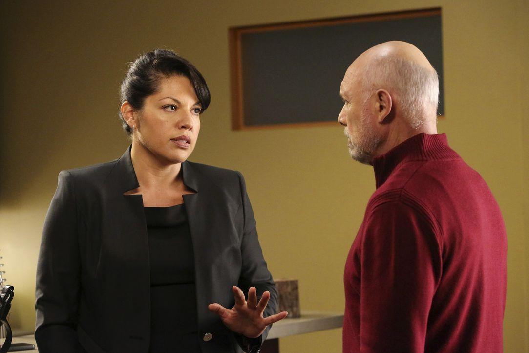 Als Carlos (Hector Elizondo, r.) plötzlich in Seattle auftaucht, ahnt Callie (Sara Ramirez, l.), dass sie jedwede Schützenhilfe gebrauchen kann ... - Bildquelle: ABC Studios