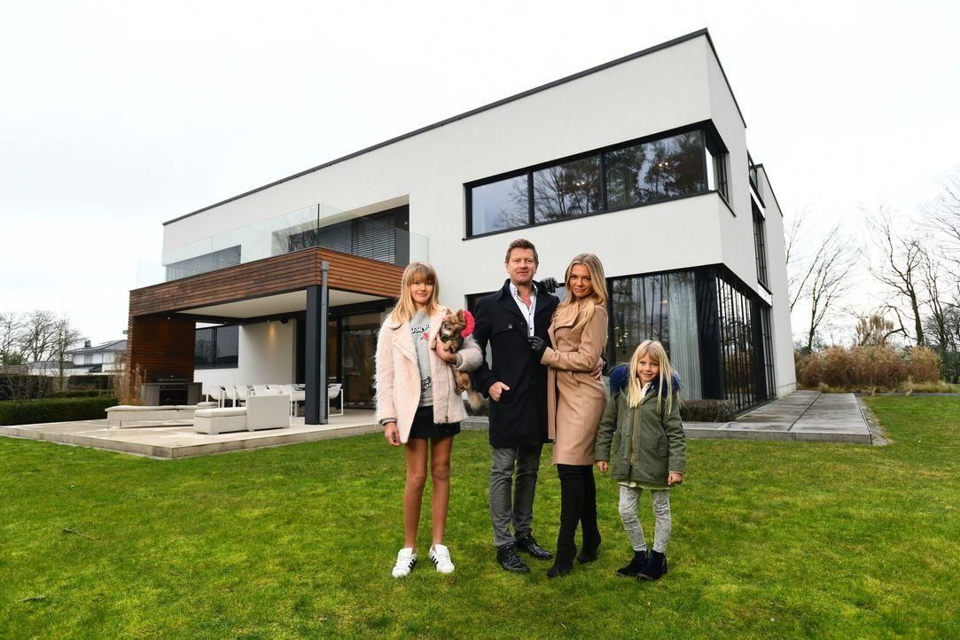 Wilfried (2.v.l.) und Kathrin (2.v.r.) Bösch möchten zusammen mit ihren Töchtern Saphira (l.) und Alexa (r.) ihr Luxusleben für eine Woche gegen das... - Bildquelle: Willi Weber SAT.1/Willi Weber