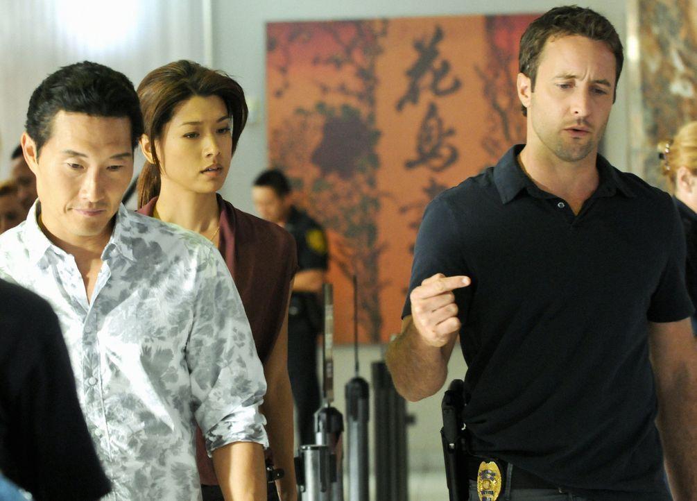 Versuchen alles, um den Banküberfall aufzuklären: Steve (Alex O'Loughlin, r.), Chin (Daniel Dae Kim, l.) und Kono (Grace Park, M.) ... - Bildquelle: 2012 CBS Broadcasting, Inc. All Rights Reserved.