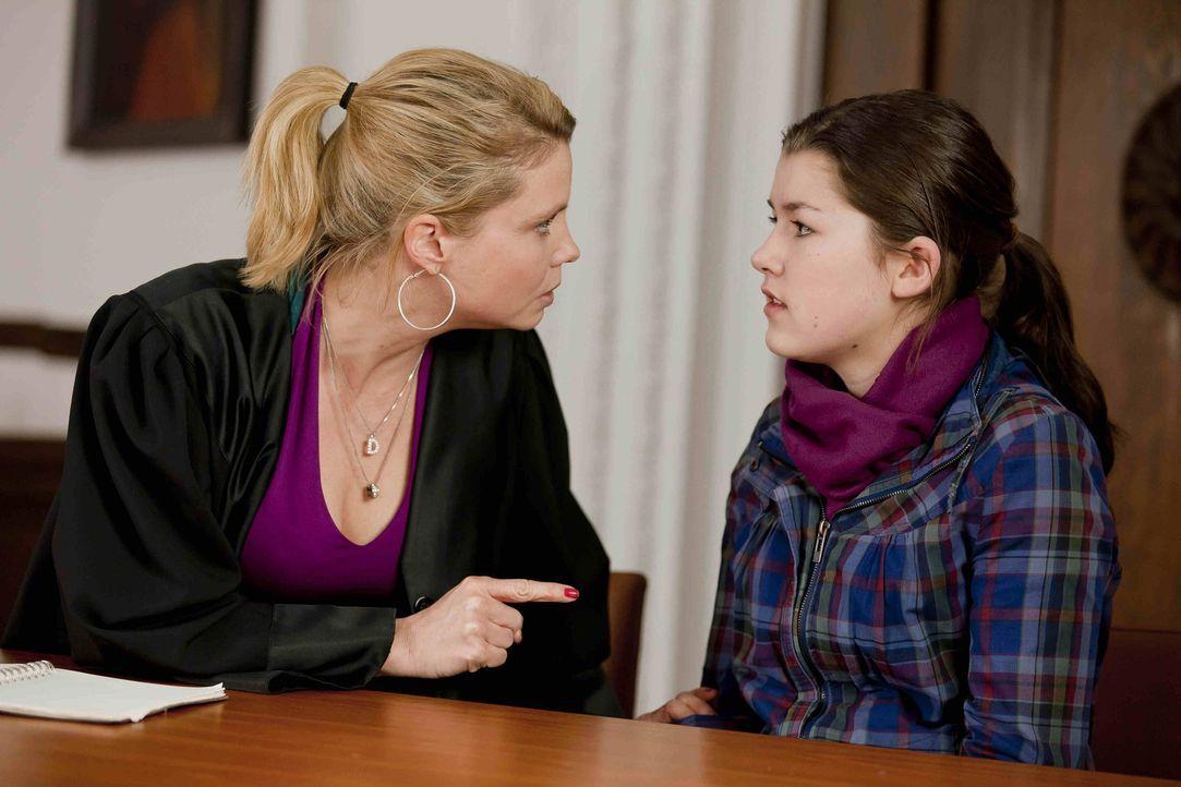 Plötzlich steht die 13-jährige Stefanie Kemper (Emma Grimm, r.) bei Danni (Annette Frier, l.) und bittet sie um Hilfe, da man ihr, ihre Tochter Li... - Bildquelle: SAT.1
