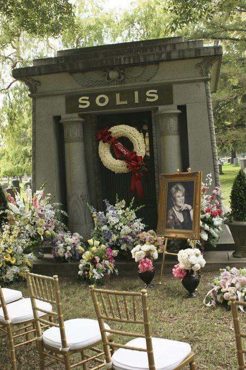 Kurz nachdem Juanita Solis (Lupe Ontiveros, Bild) aus ihrem fünfmonatigen Koma erwacht ist, stirbt sie durch einen tragischen Unfall ... - Bildquelle: Touchstone Television