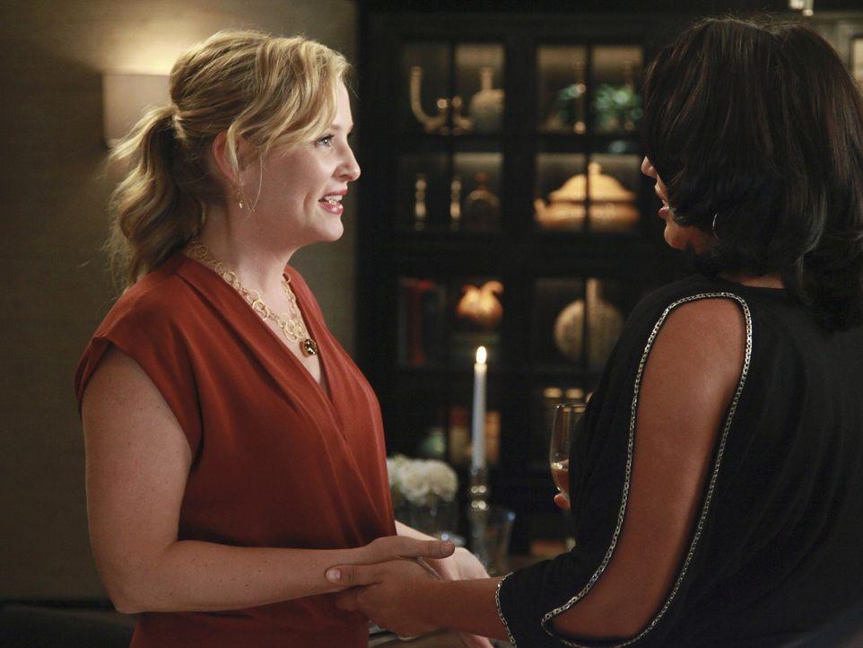 Während Catherine, Jackson und April den Tag in der Bar ausklingen lassen, treffen Callie (Sara Ramirez, r.) und Arizona (Jessica Capshaw, l.) auf... - Bildquelle: ABC Studios
