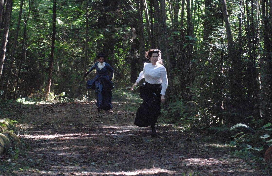 In ihren Alpträumen wird Joanna (Julia Ormond, r.) von Katy (Crystal Dalman, l.) verfolgt und bedroht ... - Bildquelle: 2013 Twentieth Century Fox Film Corporation. All rights reserved.