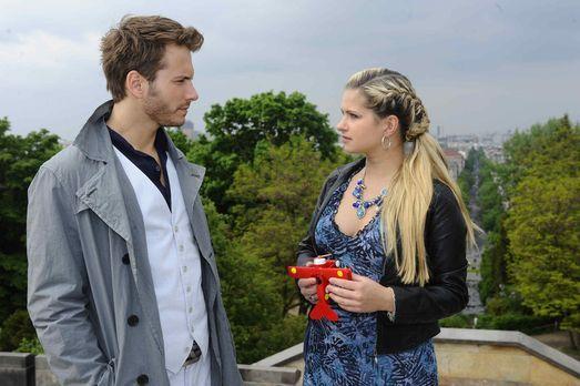Mia (Josephine Schmidt, r.) ist fassungslos, als sie erkennt, dass Enrique (J...