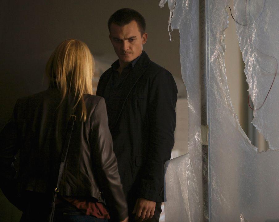 Quinn (Rupert Friend, r.) kehrt nach Islamabad zurück. Zusammen mit Carrie (Claire Danes, l.) macht er sich auf die Suche nach dem mutmaßlichen ISI-... - Bildquelle: Homeland   2014 Twentieth Century Fox Film Corporation