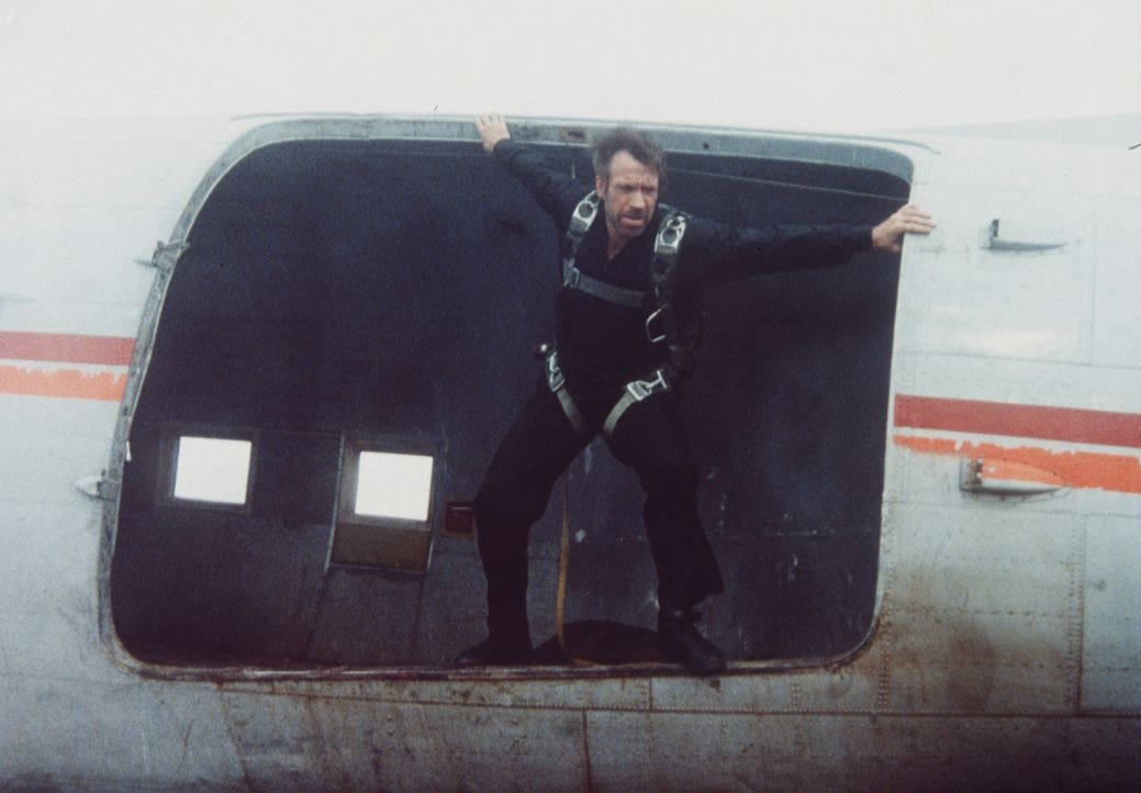 Braddock (Chuck Norris) springt über Vietnam mit dem Fallschirm ab, wo er sich auf die Suche nach seiner Frau und seinem Sohn machen will ... - Bildquelle: Cannon Films