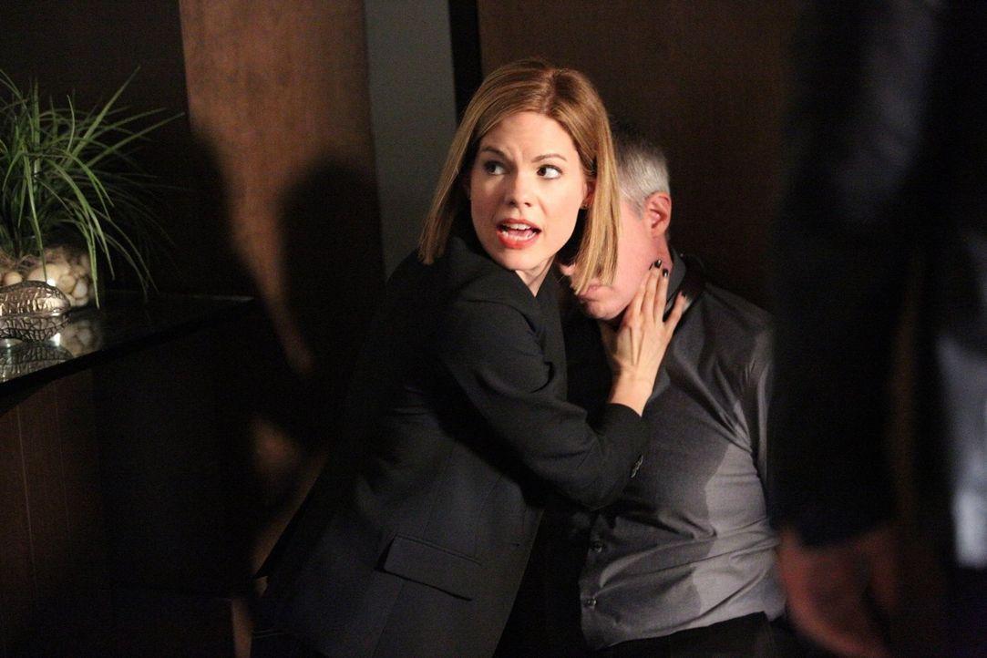 Ein neuer Fall wartet auf das TAU-Team: Doch kann Janice (Mariana Klaveno, l.) das Leben von Dr. Paul Lewis (Jay Karnes, r.) retten und den Täter fa... - Bildquelle: Warner Bros. Entertainment, Inc.
