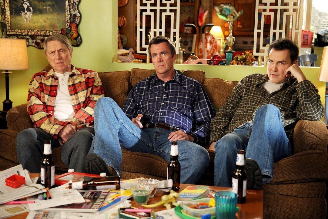 Die Heck-Männer haben eins gemeinsam: Big Mike (John Cullum. L.), Mike (Neil Flynn, M.) und Rusty (Norm Macdonald, r.) sind alle drei recht verschlo... - Bildquelle: Warner Brothers