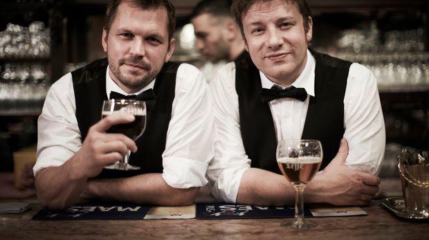 In einer Brauerei in Camden dürfen Jamie (r.) und Jimmy (l.) selber Bier brau...