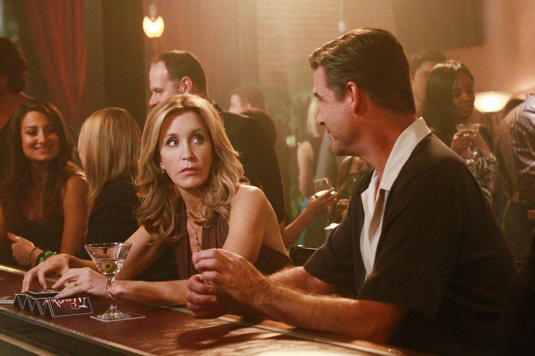 Lynette (Felicity Huffman, l.) ist von ihrem Gesprächspartner Phil (Daran Norris, r.) nicht sonderlich begeistert ... - Bildquelle: ABC Studios