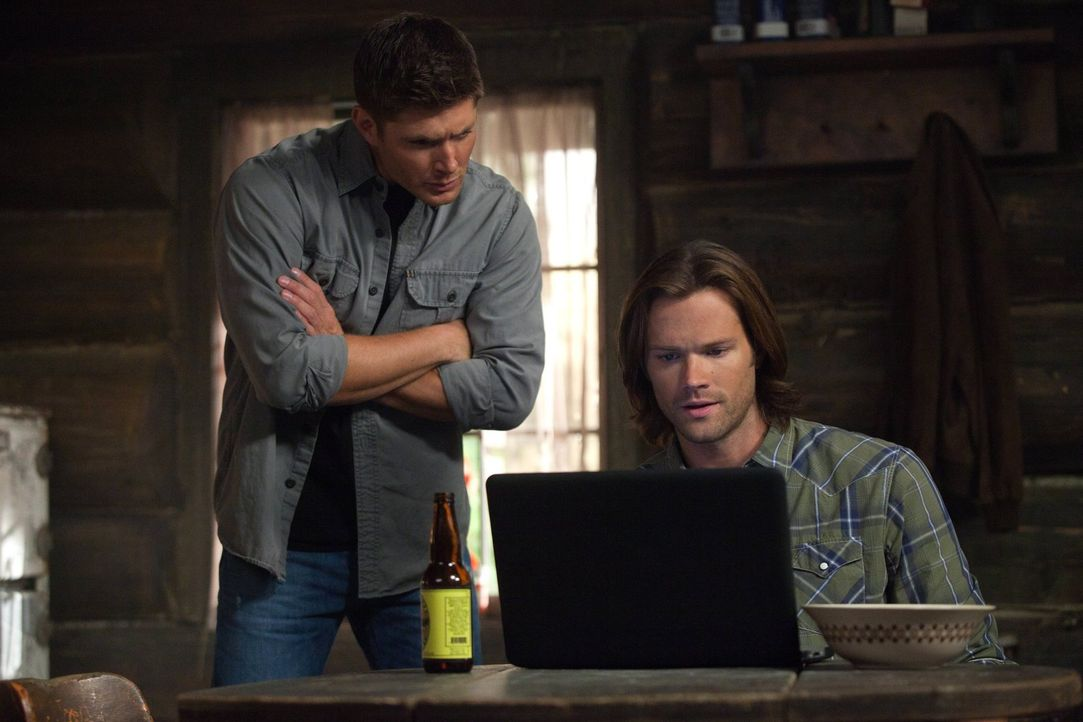 Noch ahnen Dean (Jensen Ackles, l.) und Sam (Jared Padalecki, r.) nicht, wen sie schon sehr bald wiedersehen werden ... - Bildquelle: Warner Bros. Television