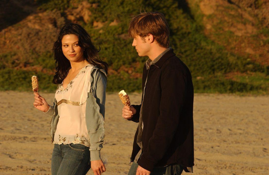 Theresa (Navi Rawat, l.) kommt erneut nach Newport und Ryan (Benjamin McKenzie, r.) findet die wahren Gründe für ihren Aufenthalt heraus ... - Bildquelle: Warner Bros. Television
