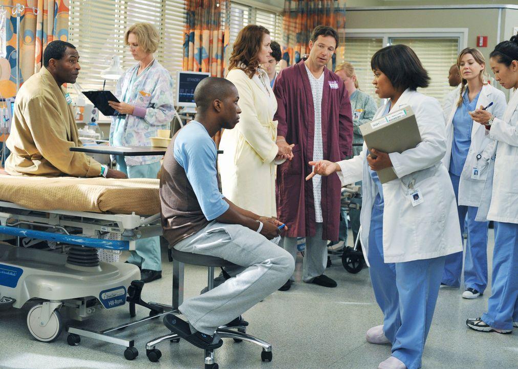 Dr. Bailey (Chandra Wilson, 3.v.l.) bereitet die Assistenzärzte und die Patienten auf die bevorstehende Domino-Operation vor: Kurt Walling (Carl Lu... - Bildquelle: Touchstone Television