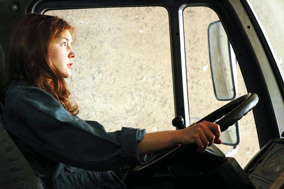 Katharina (Cordelia Wege) ist eine resolute junge Frau, die ihre eigene Schreinerei betreibt und sich im Falle eines Falles auch selbst hinters LKW-... - Bildquelle: Sat.1