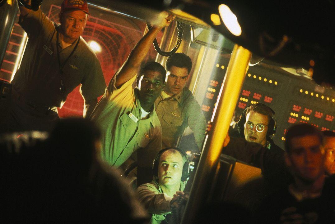 """Die """"USS Alabama"""" wird angegriffen: Die Männer um Captain Ramsey (Gene Hackman, l.) und Commander Hunter (Denzel Washington, M.) sehen sich bereits... - Bildquelle: Buena Vista Pictures"""