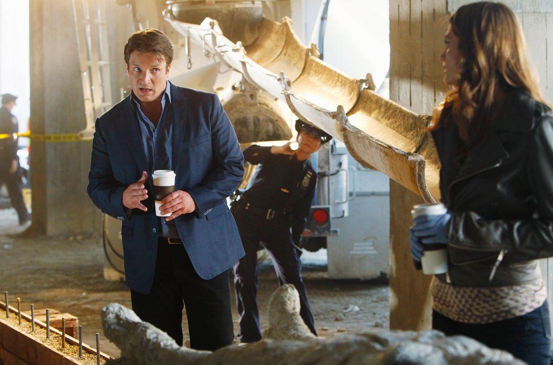 Als Richard Castle (Nathan Fillion, l.) und Kate Beckett (Stana Katic, r.) am Tatort eintreffen, sind sie schockiert. Die Leiche des Opfers wurde ta... - Bildquelle: 2011 American Broadcasting Companies, Inc. All rights reserved.