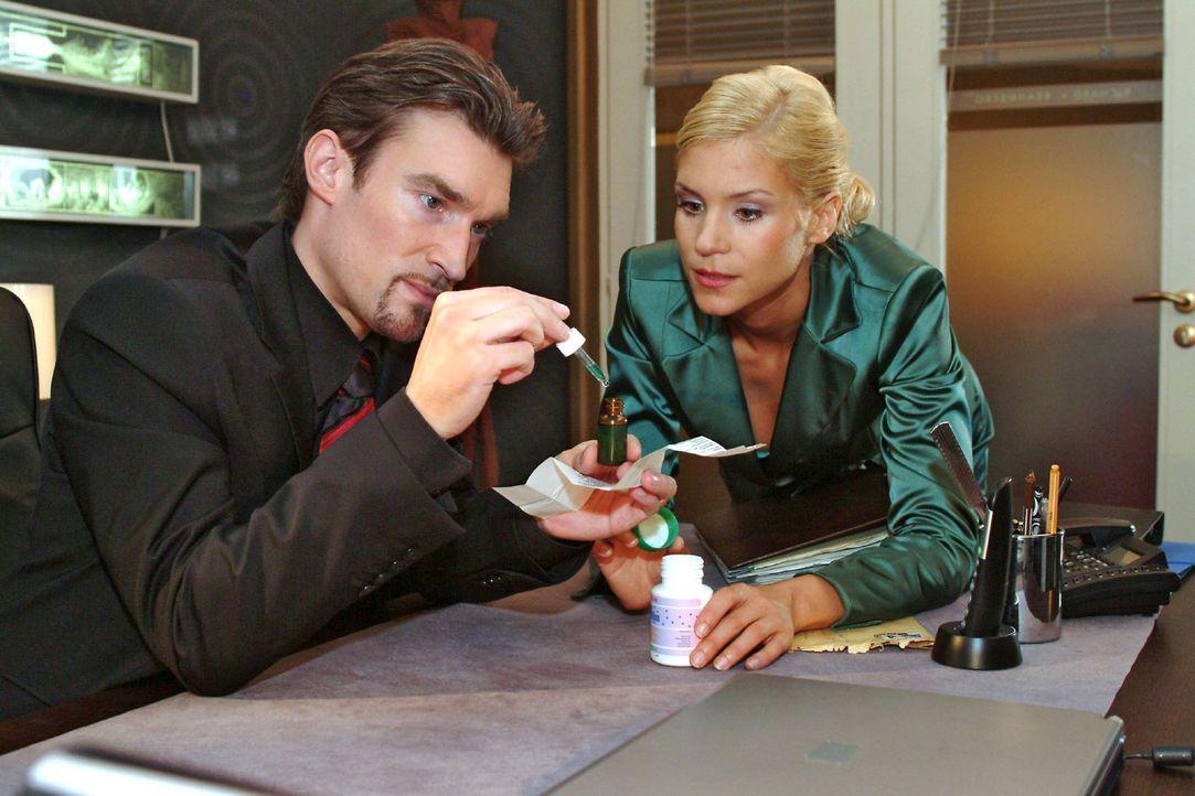 Mit Sabrinas (Nina-Friederike Gnädig, r.) Hilfe will Richard (Karim Köster, l.) Lisa außer Gefecht setzen, indem er ihr eine chemische Substanz in d... - Bildquelle: Monika Schürle Sat.1