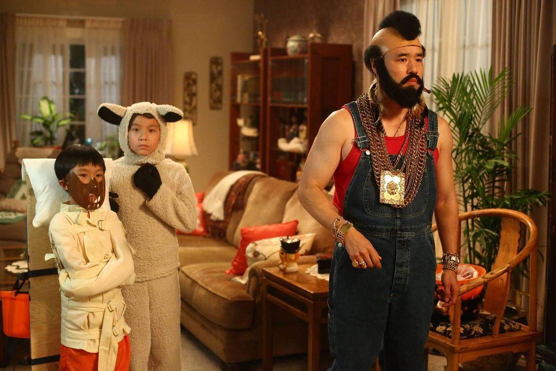 Sind bereit für Halloween: Evan (Ian Chen, l.), Emery (Forrest Wheeler, M.) und Louis (Randall Park, r.) ... - Bildquelle: 2015-2016 American Broadcasting Companies. All rights reserved.
