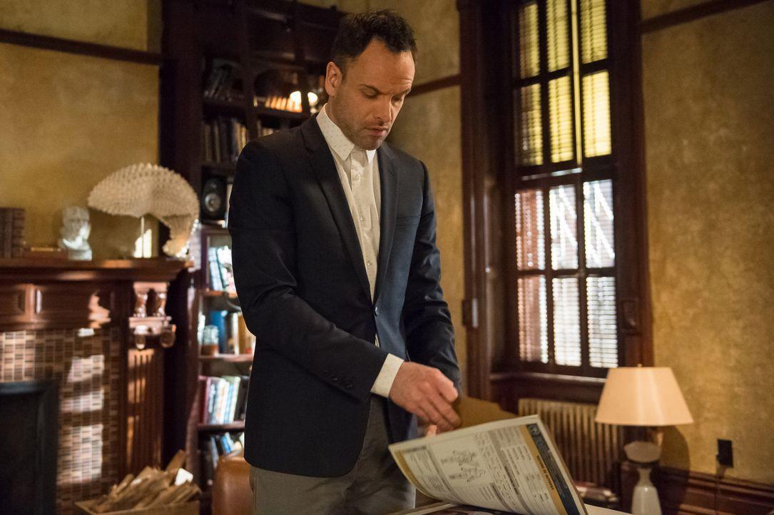 Holmes (Jonny Lee Miller) macht sich gemeinsam mit Watson auf die Suche nach dem Mörder der beiden Sanitäter und der Frau, die entführt wurde ... - Bildquelle: CBS Television