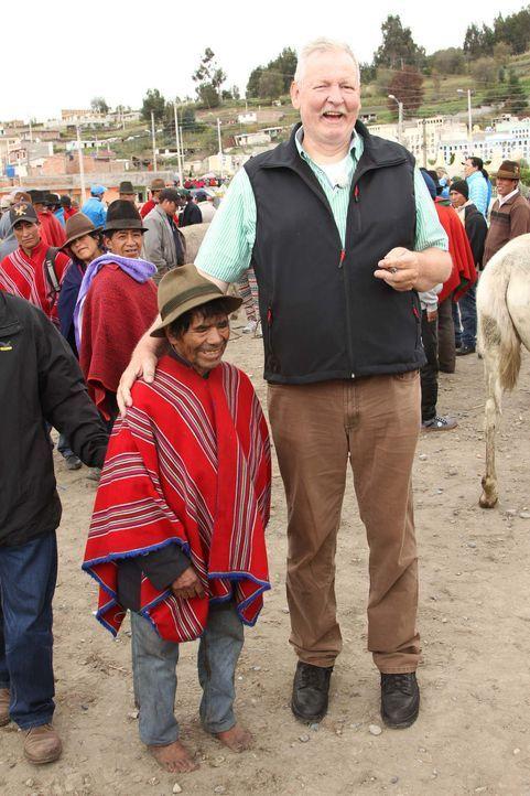 Ein Ostfriese in Ecuador: Tamme Hanken (r.) besucht einen Andenmarkt ... - Bildquelle: kabel eins