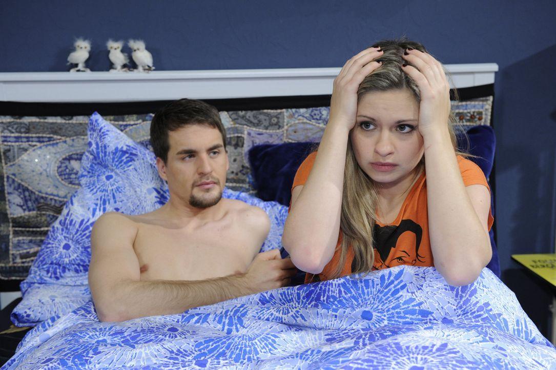 Die erste gemeinsame Nacht, endet im Chaos: Mia (Josephine Schmidt, r.) und Lars (Alexander Klaws, l.) ... - Bildquelle: SAT.1