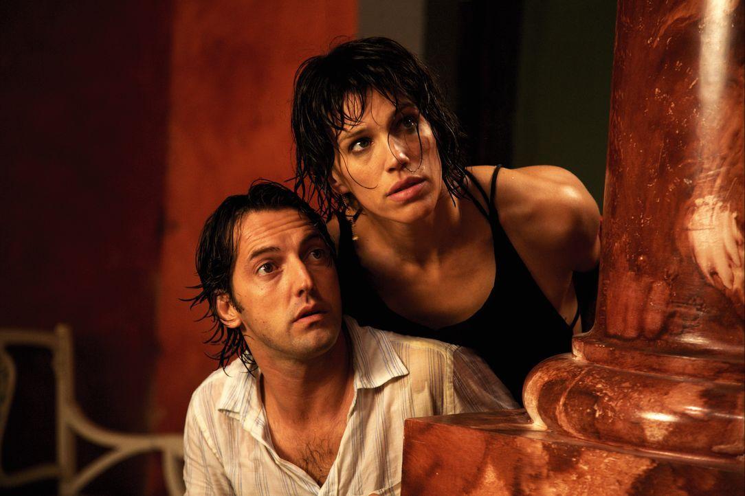 Erst will Petra (Emma Sjöberg-Wiklund, r.) ihren Émilien (Frédéric Diefenthal, l.) foltern, dann nimmt dieser seine Frau als Geisel. Das muss ja jed... - Bildquelle: Europa Corp