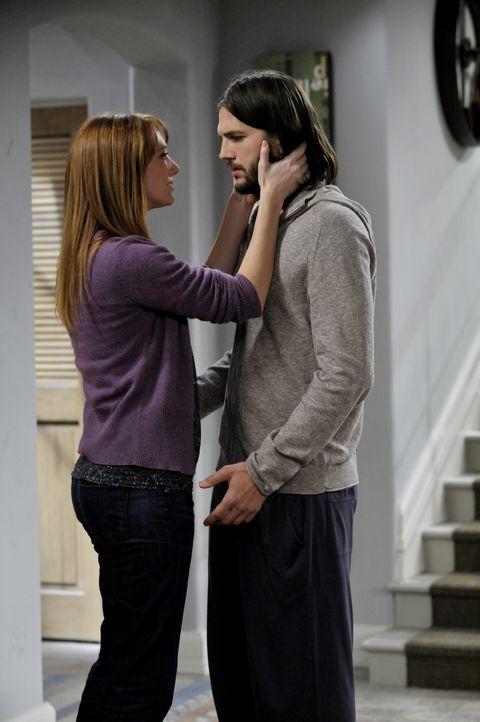 Während Walden (Ashton Kutcher, r.) sein Bestes tut, um Zoey zu beeindrucken, taucht Bridget (Judy Greer, l.) wieder in seinem Leben auf und will ih... - Bildquelle: Warner Brothers Entertainment Inc.