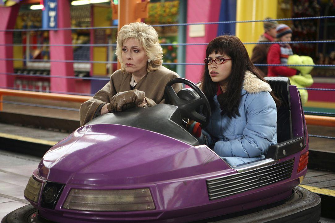 Können sie die Geschwister wieder versöhnen? Claire (Judith Light, l.) und Betty (America Ferrera, r.) ... - Bildquelle: Buena Vista International Television