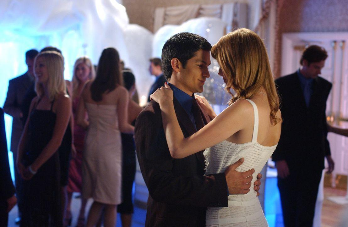 Ein Tänzchen in Ehren kann niemand verwehren: Marissa (Mischa Barton, r.) und DJ (Nicolas Gonzales, l.) ... - Bildquelle: Warner Bros. Television