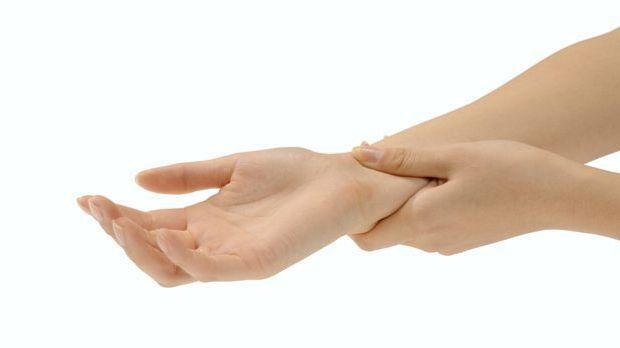 Handgelenk drücken gegen Übelkeit