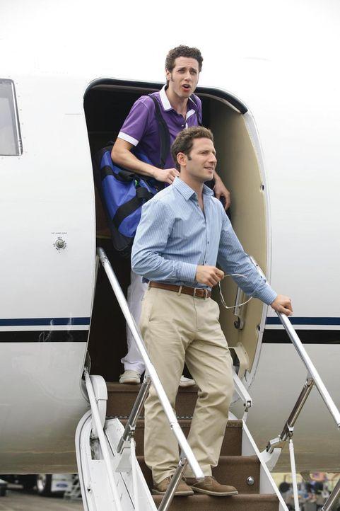 Dr. Hank Lawson (Mark Feuerstein, r.) und Evan R. Lawson (Paulo Costanzo, l.) sind mehr als überrascht, als sie sich auf Kuba und nicht wie erwartet... - Bildquelle: Universal Studios