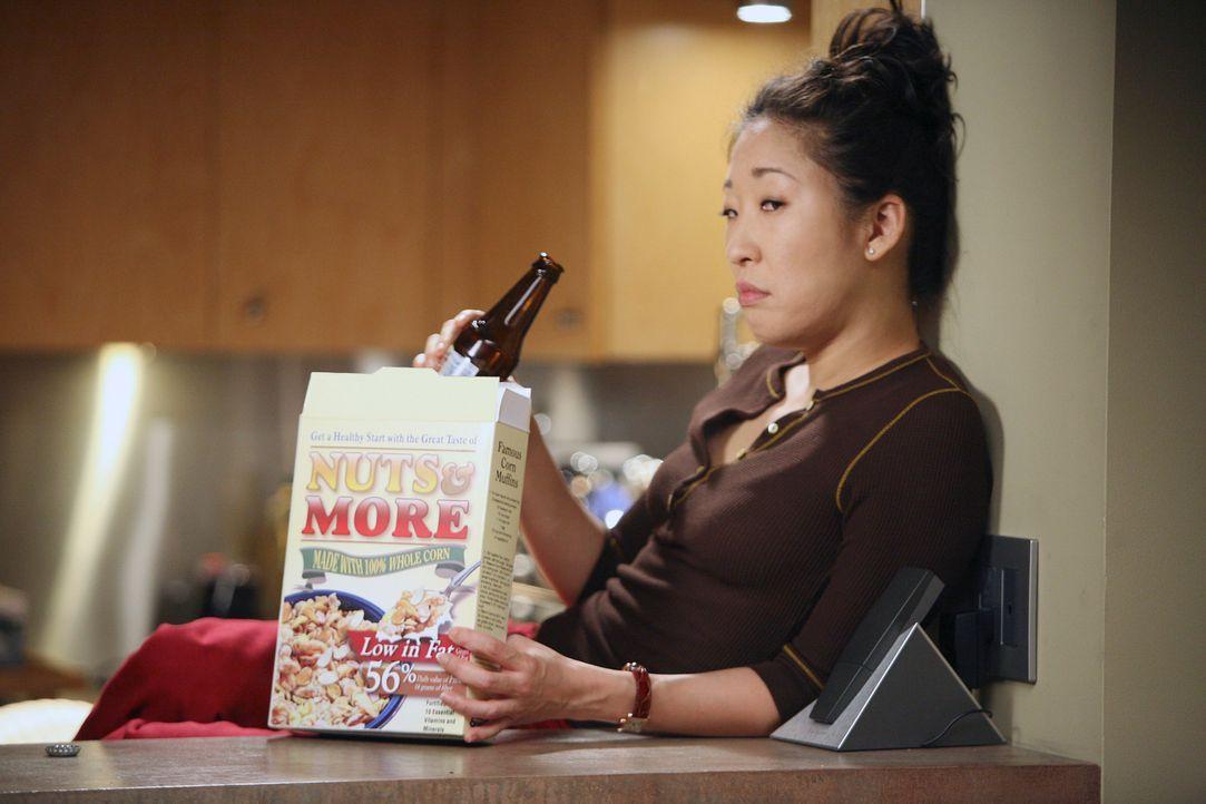 Während Meredith, Derek und Burke beim Essen sind, bleibt Cristina (Sandra Oh) in der Küche und straft Burke weiterhin mit schweigen ... - Bildquelle: Touchstone Television