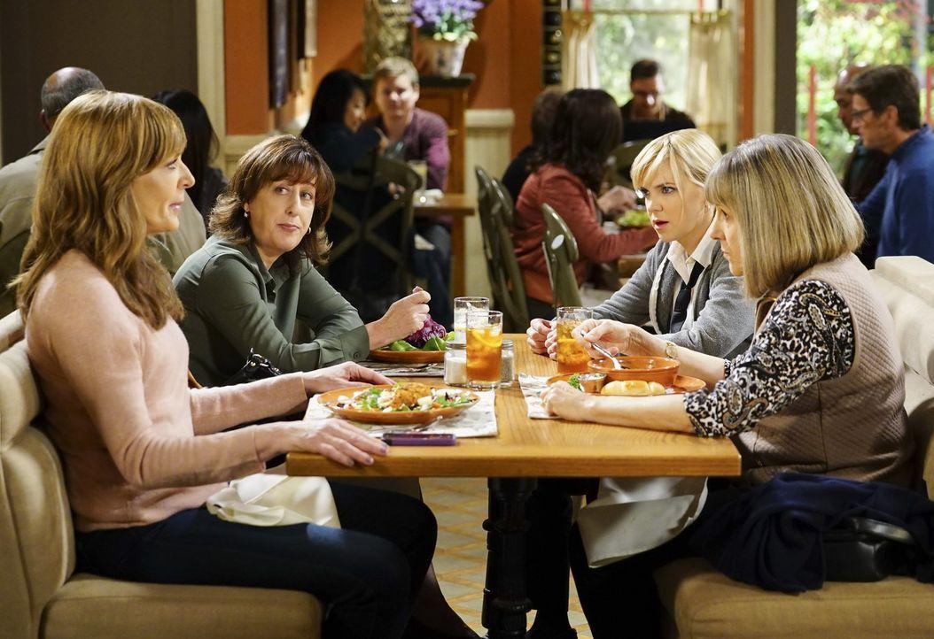 Bonnie (Allison Janney, l.) und Christy (Anna Faris, 2.v.r.) brauchen die Unterstützung ihrer Freunde, aber können Wendy (Beth Hall, 2.v.l.) und Mar... - Bildquelle: 2017 Warner Bros.